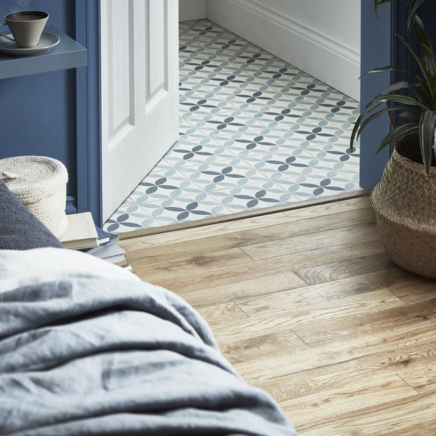 Ciekawym rozwiązaniem do łazienki przy sypialni będzie gres hydrolic w modne niebiesko-szare wzory. /mat.prasowe /materiały prasowe