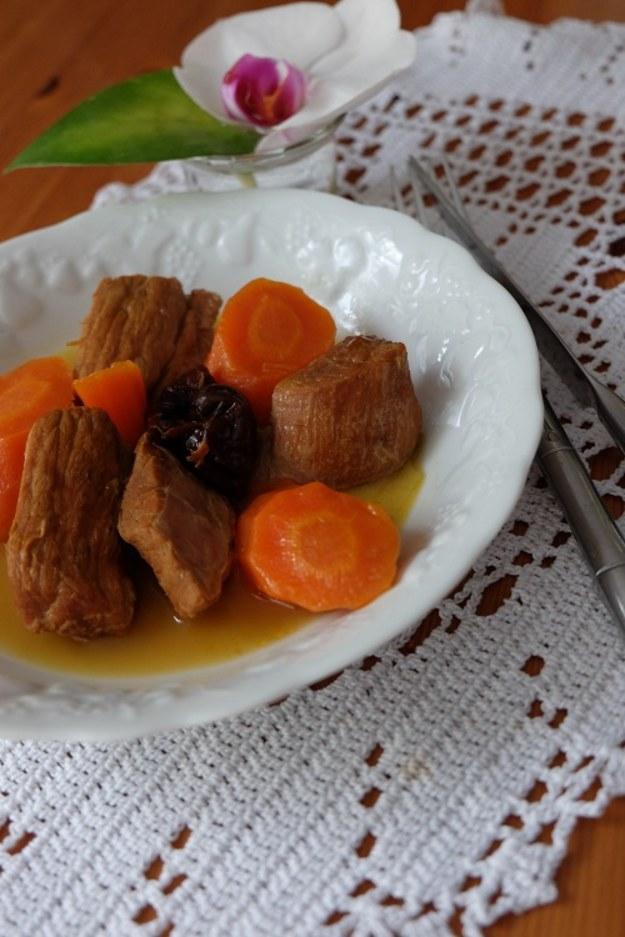 Cielęcina w marchewkach i w suszonych śliwakch// Veau aux carottes et aux pruneaux.