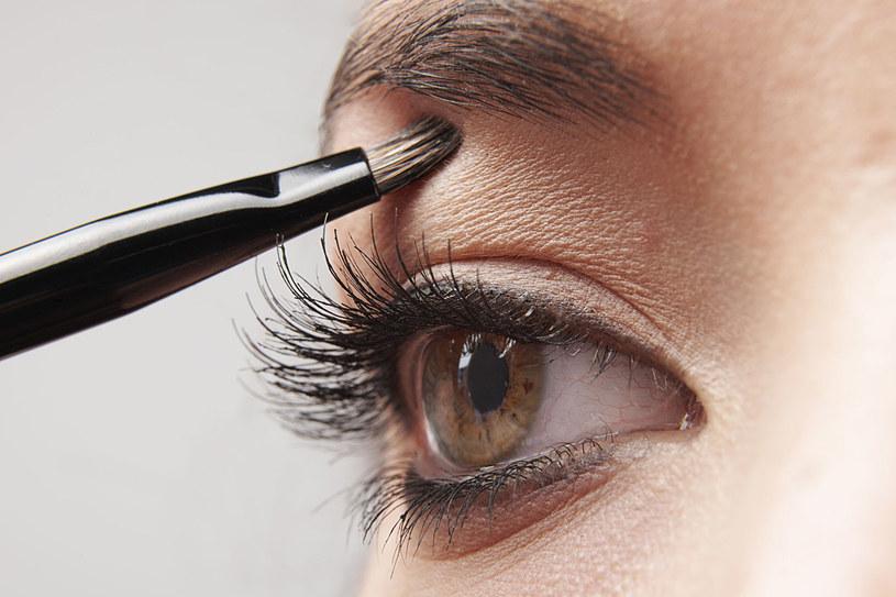 Ciemne cienie na powiekach zmniejszają oczy, jasne zaś je powiększają /123RF/PICSEL