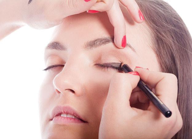 Ciemniejszy odcień bazowego koloru nałóż przy zewnętrznym kąciku oka oraz nad załamaniem powieki /123RF/PICSEL