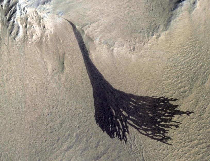 Ciemny marsjański żleb okiem instrumentu HiRISE sondy MRO /materiały prasowe