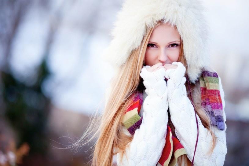 Ciepłe nakrycia głowy, a także zimne powietrze pozbawiają włosy połysku /©123RF/PICSEL