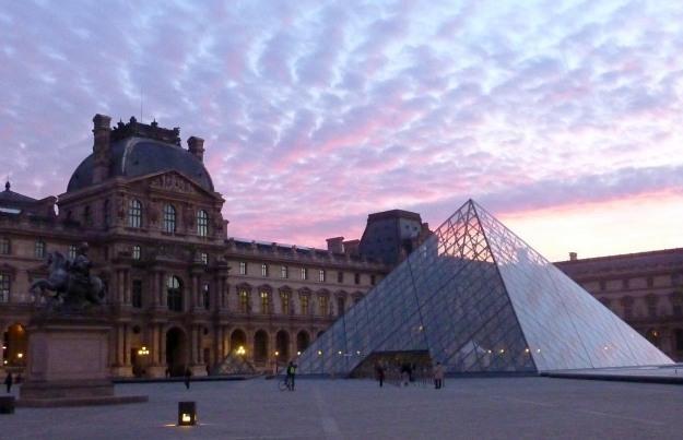 Ciepłym blaskiem rozbłysną na początek: słynna szklana Piramida /AFP