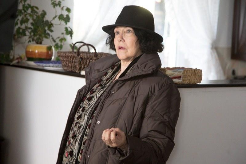 Cierpiąca na chorobę Alzheimera Ludwika (Hanna Stankówna) zniknie z domu razem z walizką pełną swoich rzeczy /Agencja W. Impact