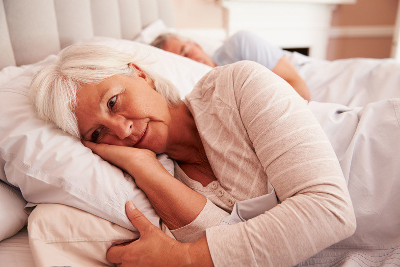 Cierpiący na zaburzenia snu budzą się zbyt wcześnie lub zbyt późno /©123RF/PICSEL