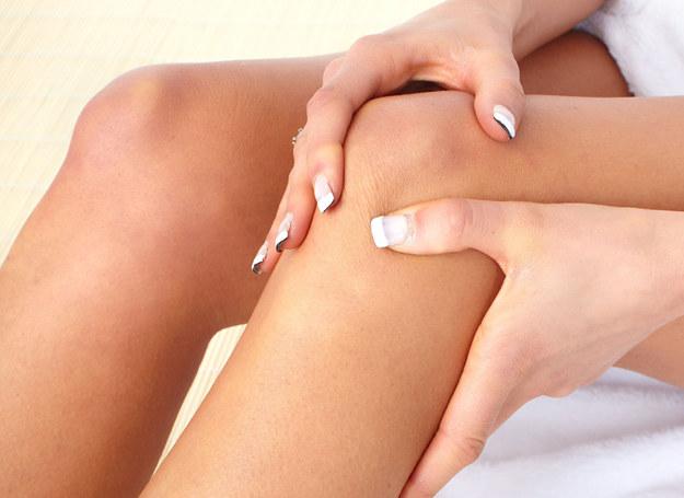 Cierpisz na bóle kolan? Mamy na to radę! /©123RF/PICSEL