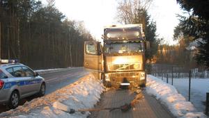 Ciężarowe volvo uderzyło w słup trakcji elektrycznej