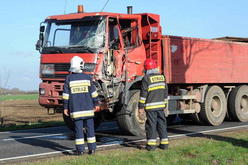 Ciężarówka, która zderzyła się z autobusem / Marcin Bielecki    /PAP