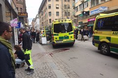Ciężarówka wjechała w tłum ludzi w centrum Sztokholmu