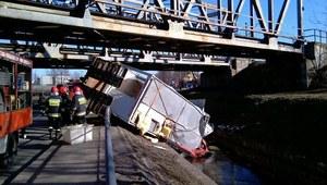 Ciężarówka wpadła do potoku. Wyciekło z niej 200 litrów paliwa