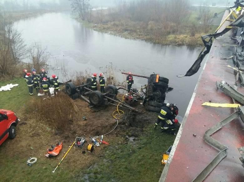 Ciężarówka wpadła do rzeki /Komenda Powiatowa Państwowej Straży Pożarnej w Pile /