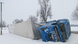 Ciężarówka z 18 tonowym ładunkiem wylądowała w rowie