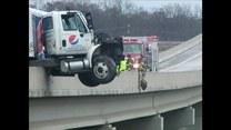 Ciężarówka z napojami zawisła nad ziemią!