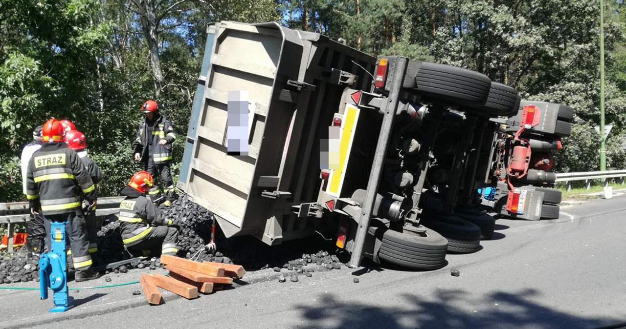 Ciężarówka z węglem przygniotła osobówkę