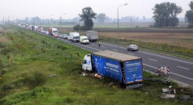 Ciężarówka zjechała z drogi /PAP