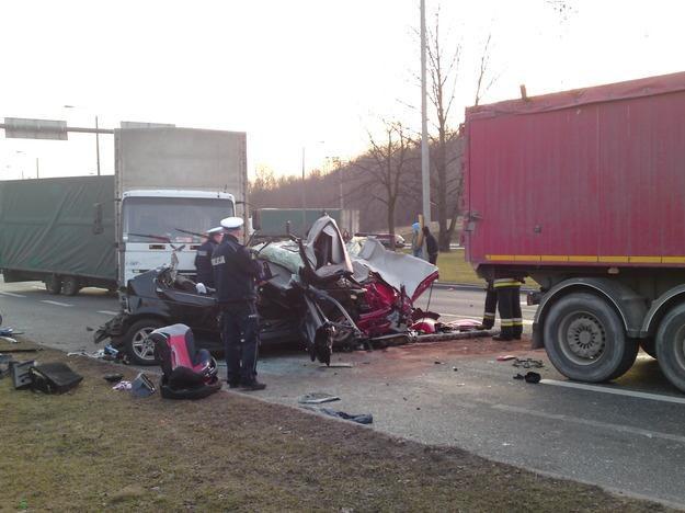 Ciężarówka zmiażdżyła dwa samochody / Fot: Dariusz Pokorny / Gorąca Linia RMF /