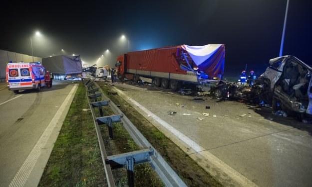 Ciężarówka zmiażdżyła znajdujące się przed nią samochody /