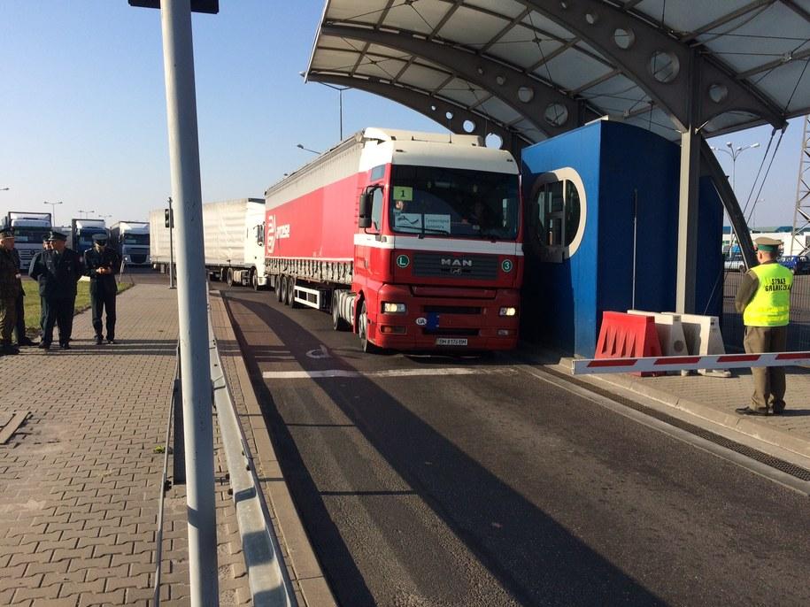 Ciężarówki po odprawie przekraczają granicę /Krzysztof Kot /RMF FM