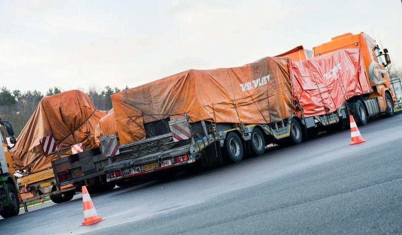 Ciężarówki przewożące fragmenty wraku do Holandii. Zdj. archiwalne /AFP