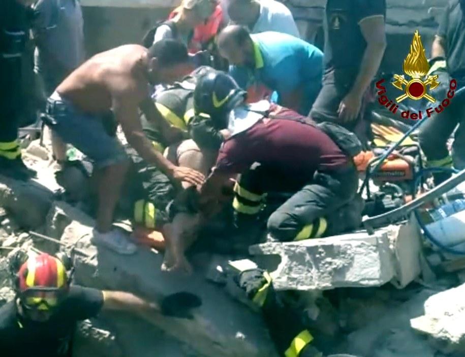 Ciro i dwaj jego bracia w wieku 7 miesięcy oraz 7 lat zostali wyciągnięci we wtorek z rumowiska zawalonego domu /VIGILI DEL FUOCO HANDOUT /PAP/EPA