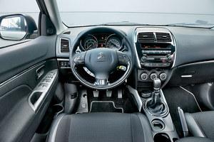 Citroen C4 Aircross 1.6i 115 Seduction: deska rozdzielcza z niezłej jakości, miękkim materiałem w górnej części, pochodzi z ASX-a. Inna jest kierownica wielofunkcyjna z logo Citroena. Pokrętła do obsługi klimatyzacji pracują dość ciężko. /Motor