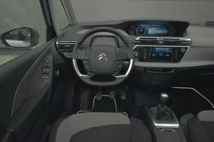 Citroen Grand C4 Picasso 2.0 BlueHDi Intensive: deska rozdzielcza z dwoma ekranami jest wyjątkowo awangardowa i jednocześnie fantastycznie wykonana. Nietrudno się tu odnaleźć, a obsługę auta ułatwiają przyciski i pokrętła na kierownicy. /Motor