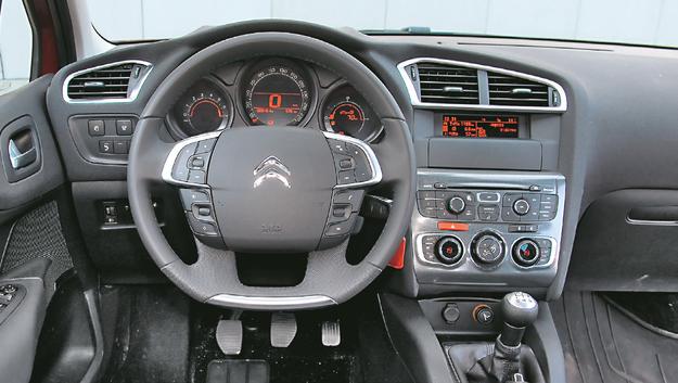CITROEN Model C4 zyskuje przewagę za sprawą najlepszych materiałów w kabinie. Niestety ma najmniej miejsca na nogi kierowcy: maks. 102 cm od pedałów do oparcia fotela. /Motor