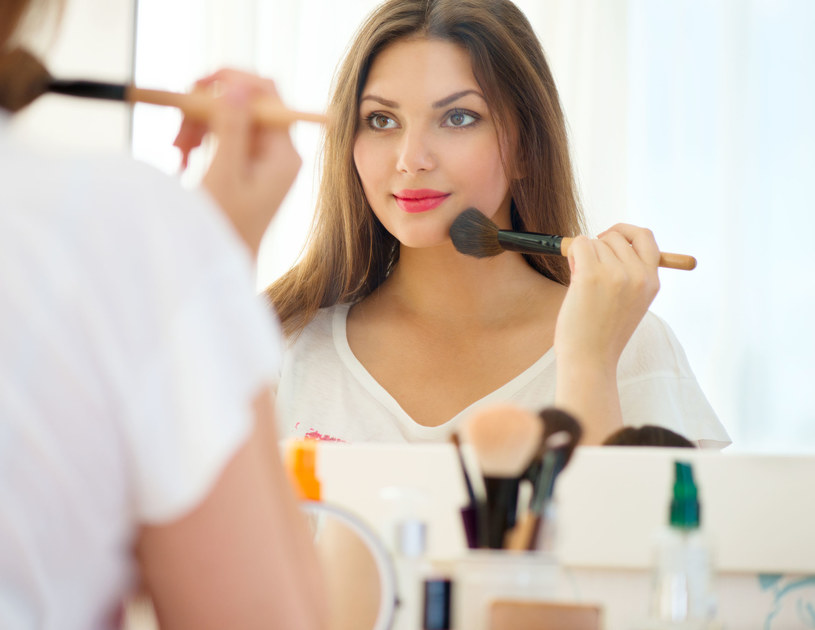 Clare Read zachęca do korzystania z lżejszych produktów, dobrze dopasowanych do naszej skóry, bardziej naturalnych /123RF/PICSEL