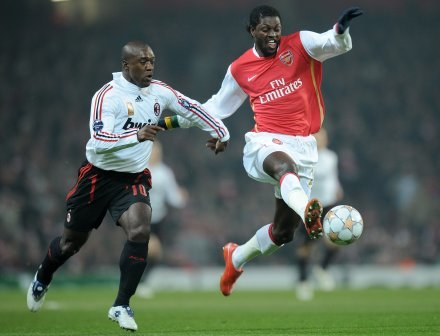 Clarence Seedorf i Emmanuel Adebayor /AFP