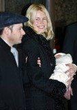 Claudia Schiffer opuszcza szpital z mężem i synkiem /INTERIA.PL