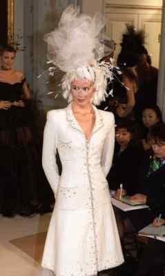 Claudia Schiffer w kreacji dla domu mody Chanel w 1997 roku /arch. AFP