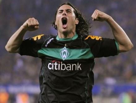 Claudio Pizarro jest wniebowzięty. Znów jest piłkarzem Werderu /AFP