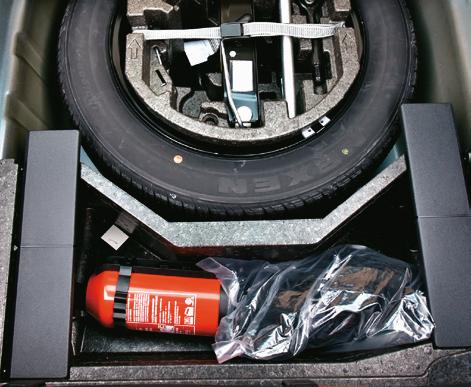 Co jakiś czas warto sprawdzić, czy we wnęce na koło zapasowe nie zbiera się woda. /Motor