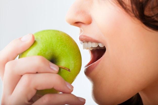Co jeść, by cieszyć się zdrowymi dziąsłami? /123/RF PICSEL