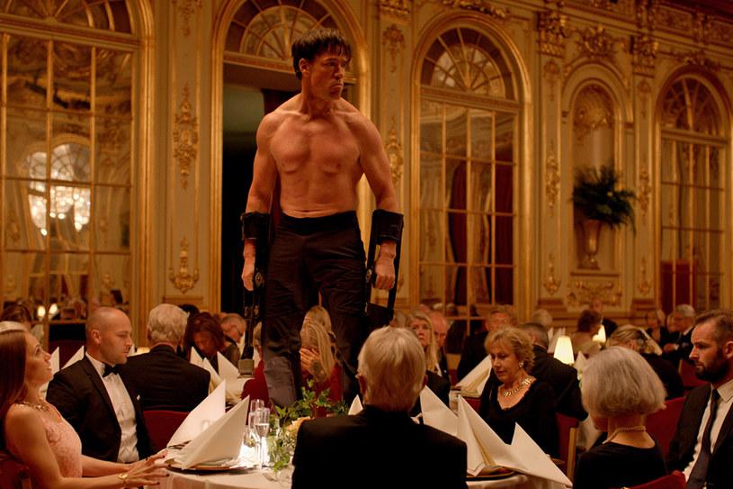 """Co musi się stać, żebyś zachował się jak człowiek? Takim hasłem promowany jest film """"The Square""""? /materiały dystrybutora"""