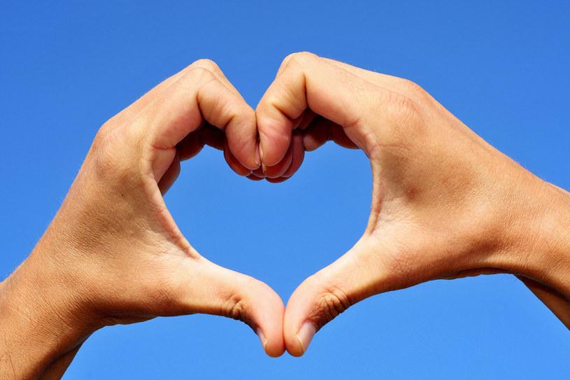 Co robić, jeśli podejrzewasz u siebie zawał serca? Zadzwoń pod numer 999 lub 112 /©123RF/PICSEL