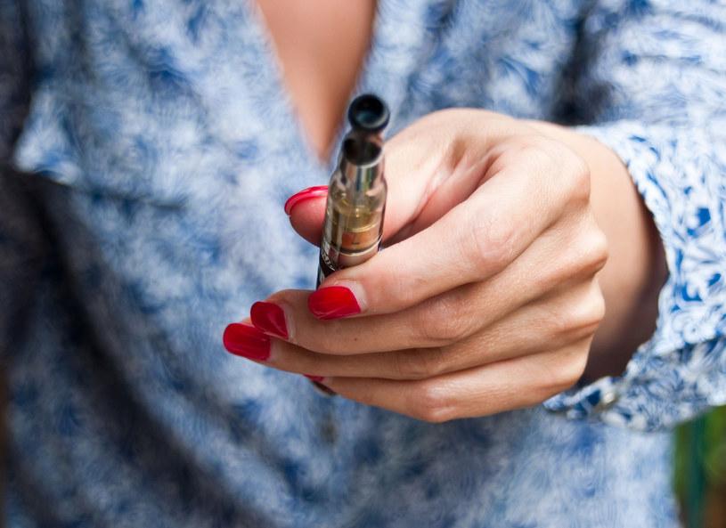 Co się kryje w e-papierosie? /©123RF/PICSEL