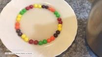Co się stanie, gdy zalejesz wrzątkiem popularne cukierki?