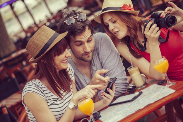 Co spakować do walizki: smartfon czy tablet? /Mat. Prasowe