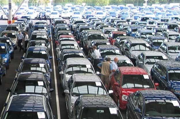 Co zrobić jednak, gdy ktoś ze znajomych kupi sobie wóz, na którego widok zieleniejemy z zazdrości? /