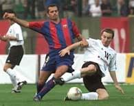 Cocu (z lewej) w walce o piłkę z Vukoviciem