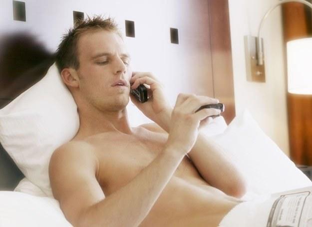 Codziennie do niej dzwoni, zdaje relacje niemal z każdego kroku i konsultuje wszystkie decyzje... /ThetaXstock