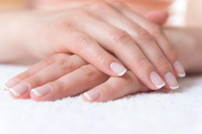 Codziennie wcieraj kropelkę oleju rycynowego – paznokcie przestaną się rozdwajać /123RF/PICSEL