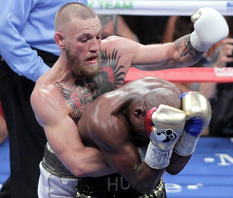 Conor McGregor (z lewej) chce łączyć role pięściarza i zawodnika mieszanych sztuk walki /AFP