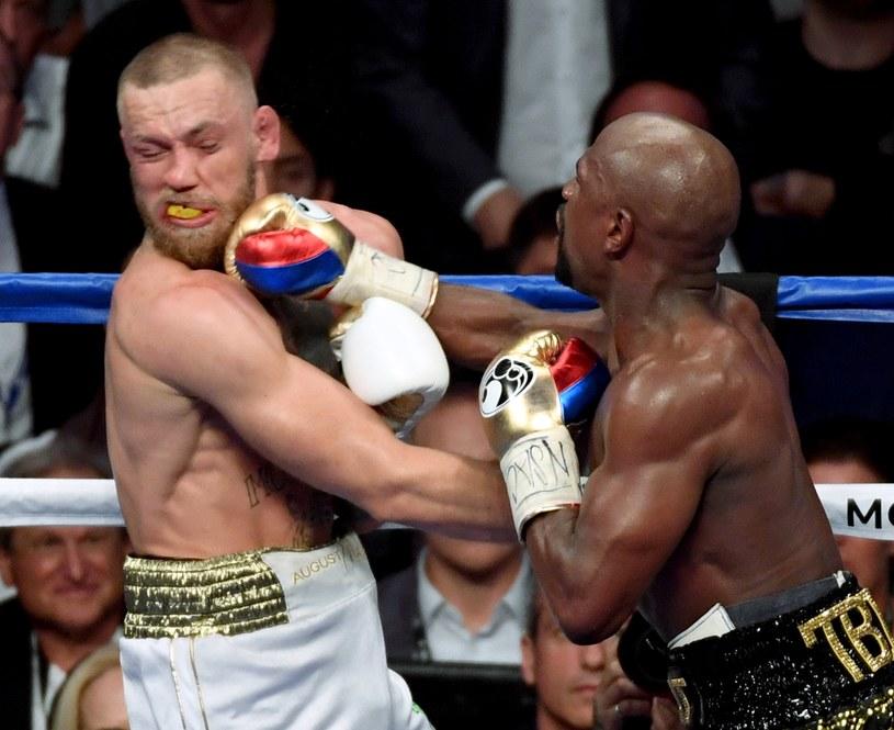 Conor McGregor (z lewej) przegrał, ale nie przyniósł wstydu /AFP