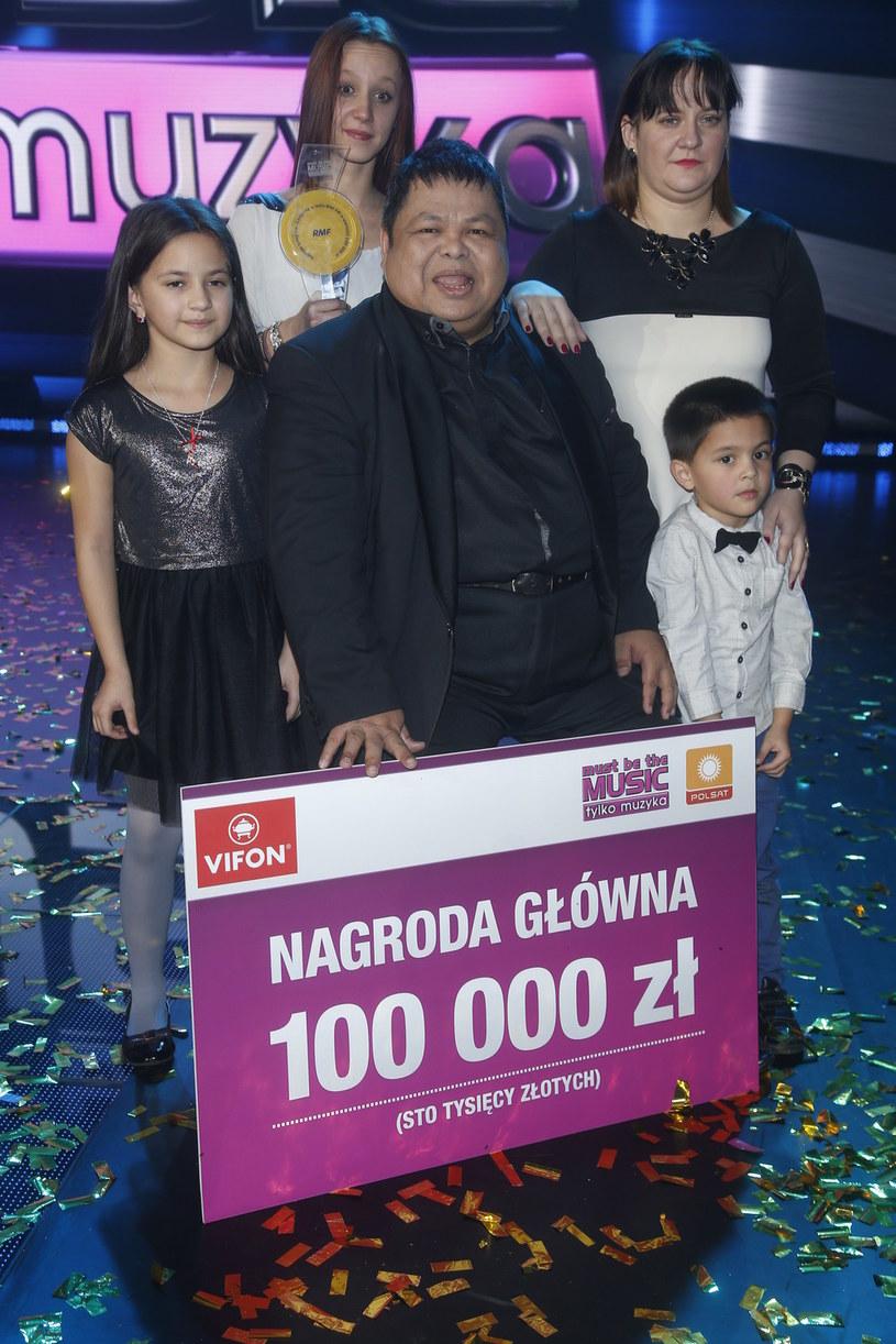 """Conrado Yanez z rodziną i czekiem na 100 tys. zł za wygraną w """"Must Be The Music"""" /AKPA"""