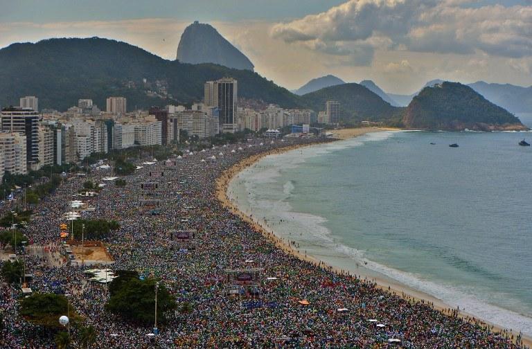 Copacabana, uczestnicy finałowej mszy św. w czasie ŚDM w Rio de Janeiro /CHRISTOPHE SIMON /AFP