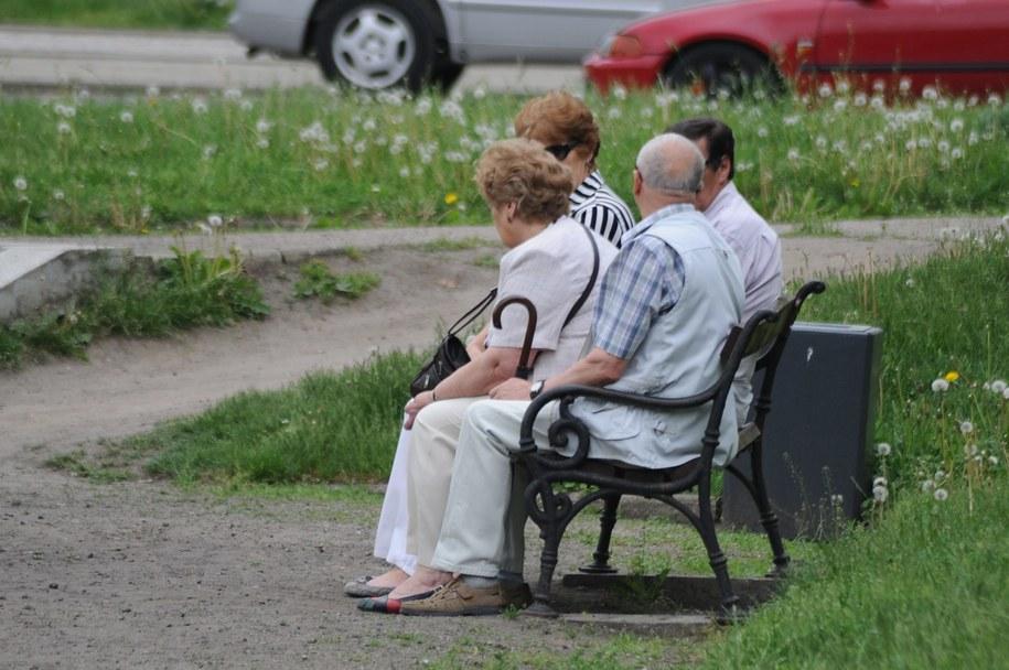 Coraz więcej emerytów trafia do rejestru długów /Marcin Bielecki /PAP