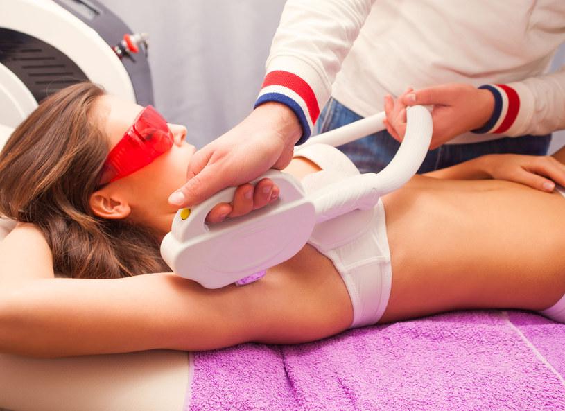 Coraz więcej kobiet decyduje się na zabieg depilacji laserowej, czy warto wykonać go latem? /©123RF/PICSEL