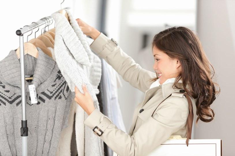 Coraz więcej sklepów organizuje promocje, by zachęcić klientów do zakupów na samym początku sezonu /©123RF/PICSEL